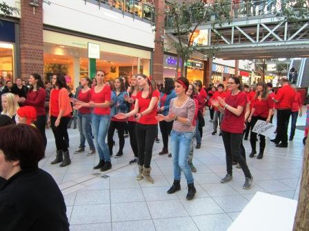 Tanzgruppe in der Sachsen-Allee