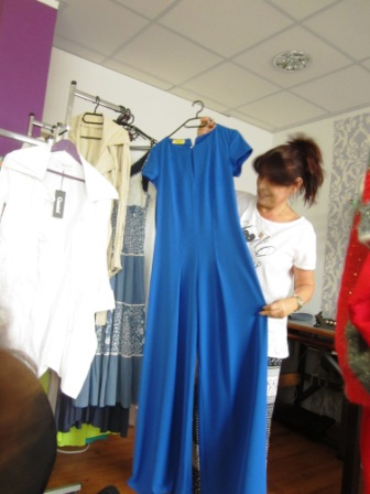 Frau Puliakis präsentiert ihre maßgeschneiderte Kleidung
